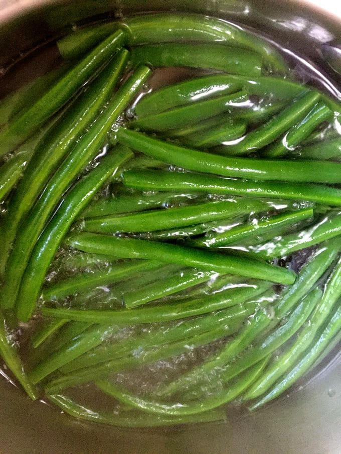 Blanching green beans for Green Bean Bundles Wrapped in Bacon