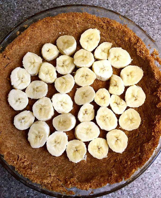 Banana slices on top of pie crust.