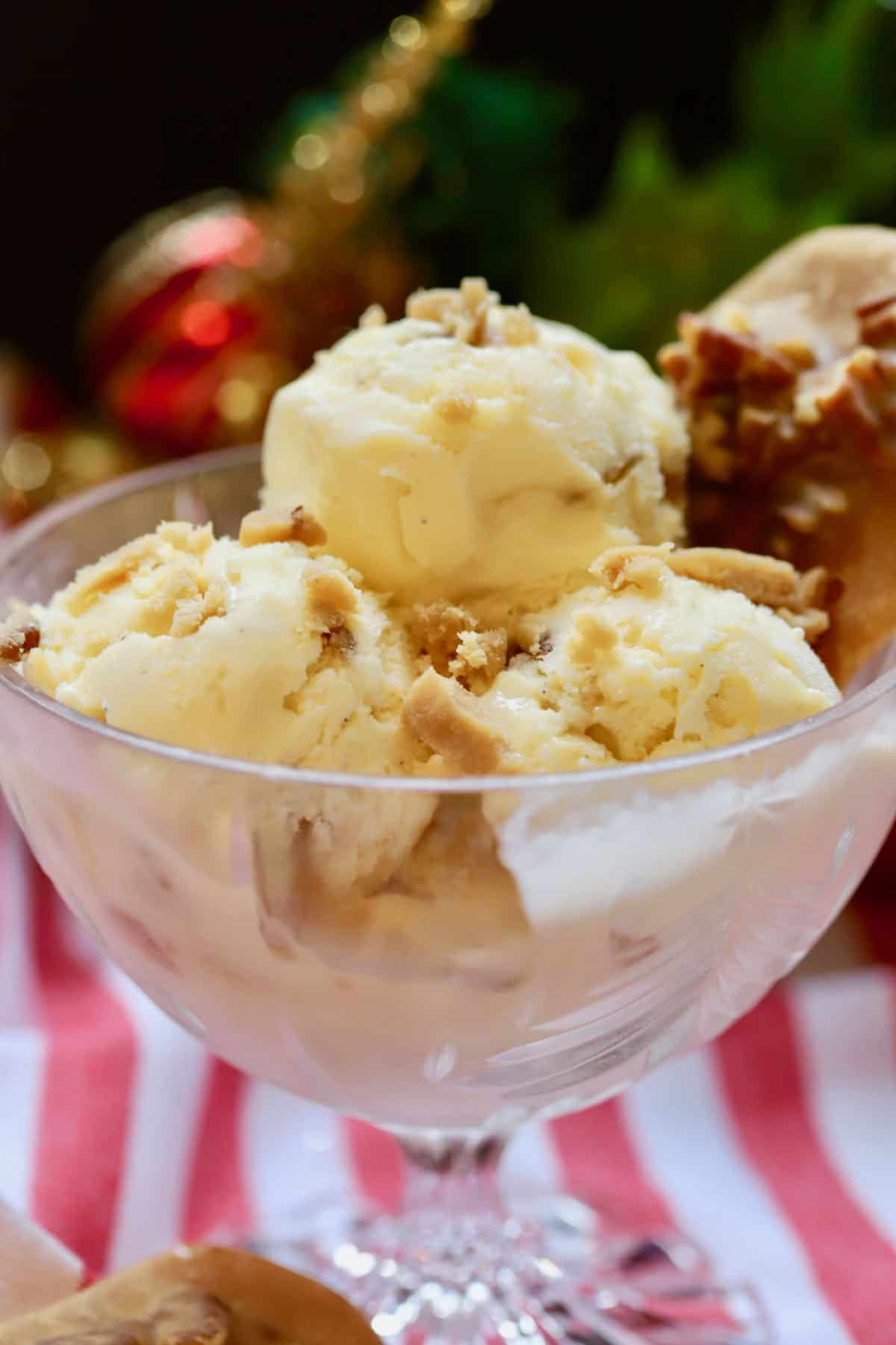 Praline ice cream in a clear glass bowl.